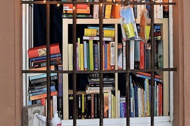 Neuer Büchertausch mit Griff durchs Gitterfenster