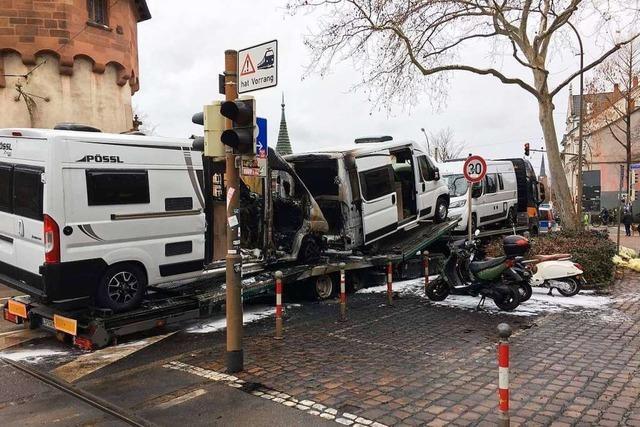 Zwei Wohnmobile auf Transporter in Freiburg ausgebrannt