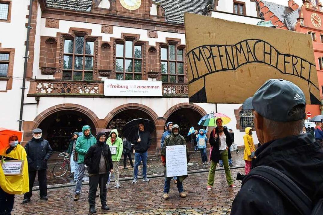Auf den Demonstrationen gegen die Coro...rgleiche zur Judenvernichtung gezogen.    Foto: Rita Eggstein