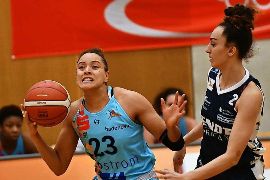 Auf die Zähne biss Daneesha Provo (lin...mit zehn Rebounds und guten Anspielen.  | Foto: Achim Keller