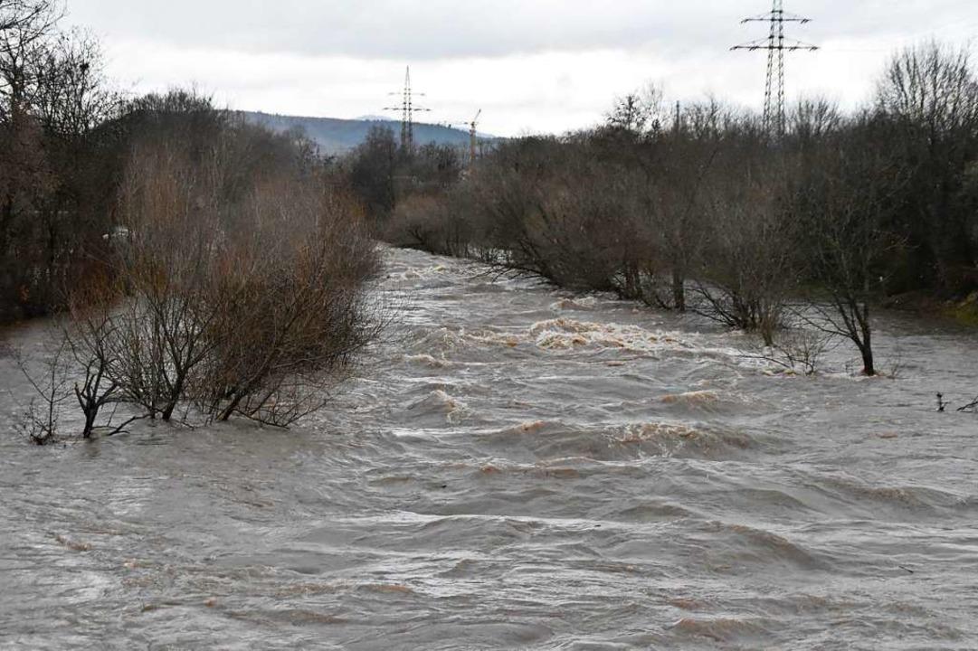 Der Fluss Wiese ist durch das Hochwasser zu einem reißenden Strom geworden.  | Foto: Maja Tolsdorf