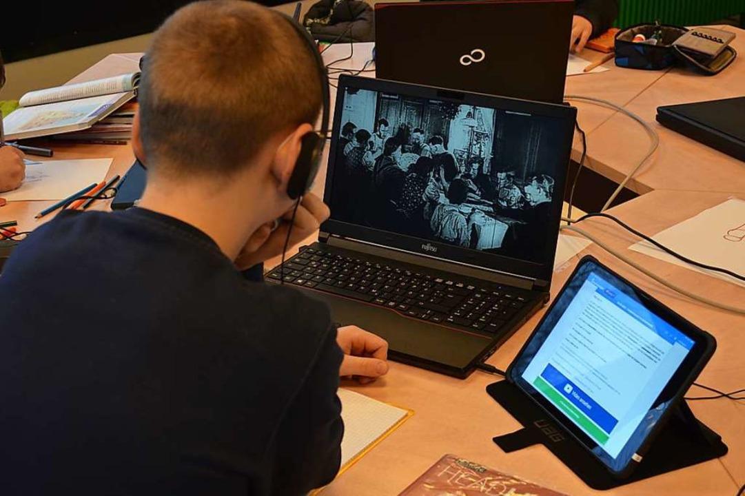 Mit Laptop und iPad lernen die Schüler in der Notbetreuung.  | Foto: Nikola Vogt