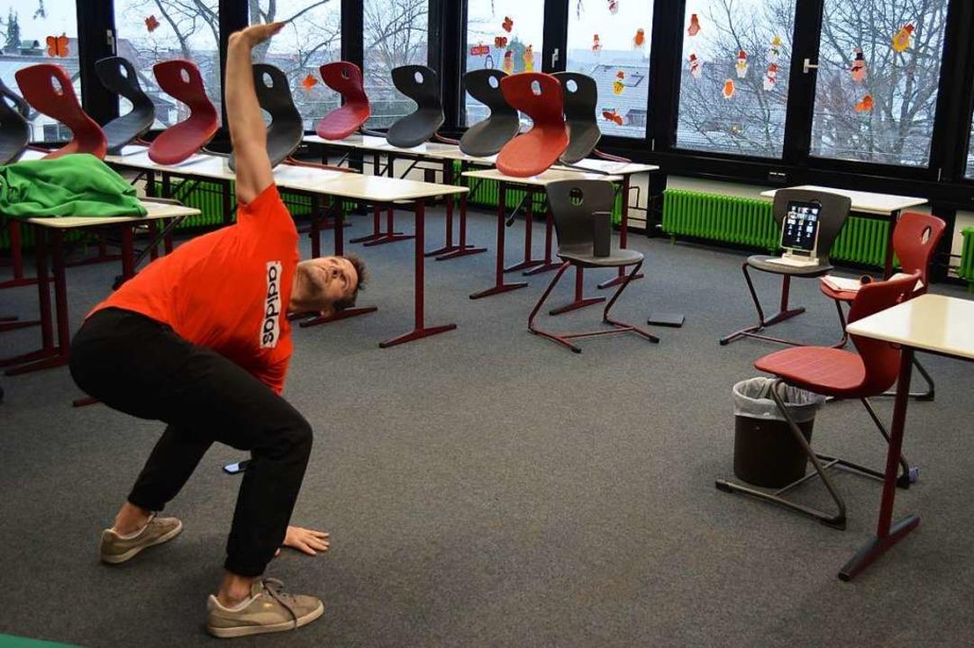 Sportlehrer Bernd Seifried macht im Kl...d überträgt er sie zu seinen Schülern.  | Foto: Nikola Vogt
