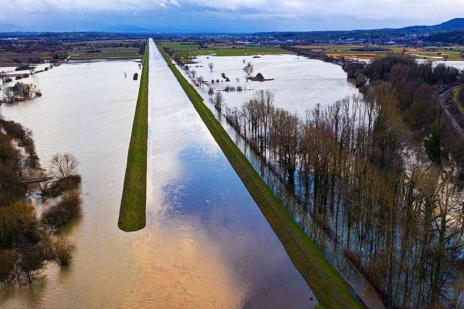 Als riesige Seenlandschaft präsentiert sich der Zusammenfluss von Elz, Glotter und Dreisam bei Riegel.  BZ-Leser Arnold Gorenflo dokumentierte das Hochwassergeschehen am späten Freitagnachmittag mit einer Drohne. (Foto: Arnold Gorenflo)