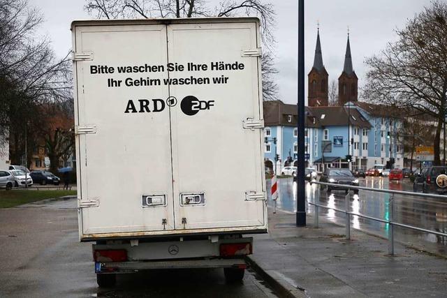 Auf einem abgestellten Laster in Lahr wird gegen ARD und ZDF gehetzt