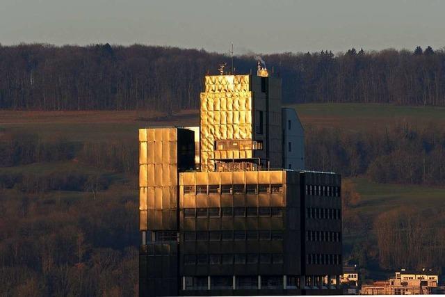 Das Lörracher Rathaus strahlt in der Morgensonne