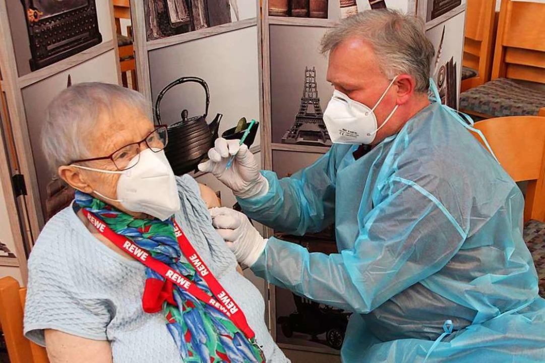 Dietlinde Moser wird von Armin Hartmann im Haus Siloah geimpft.  | Foto: Michael Saurer