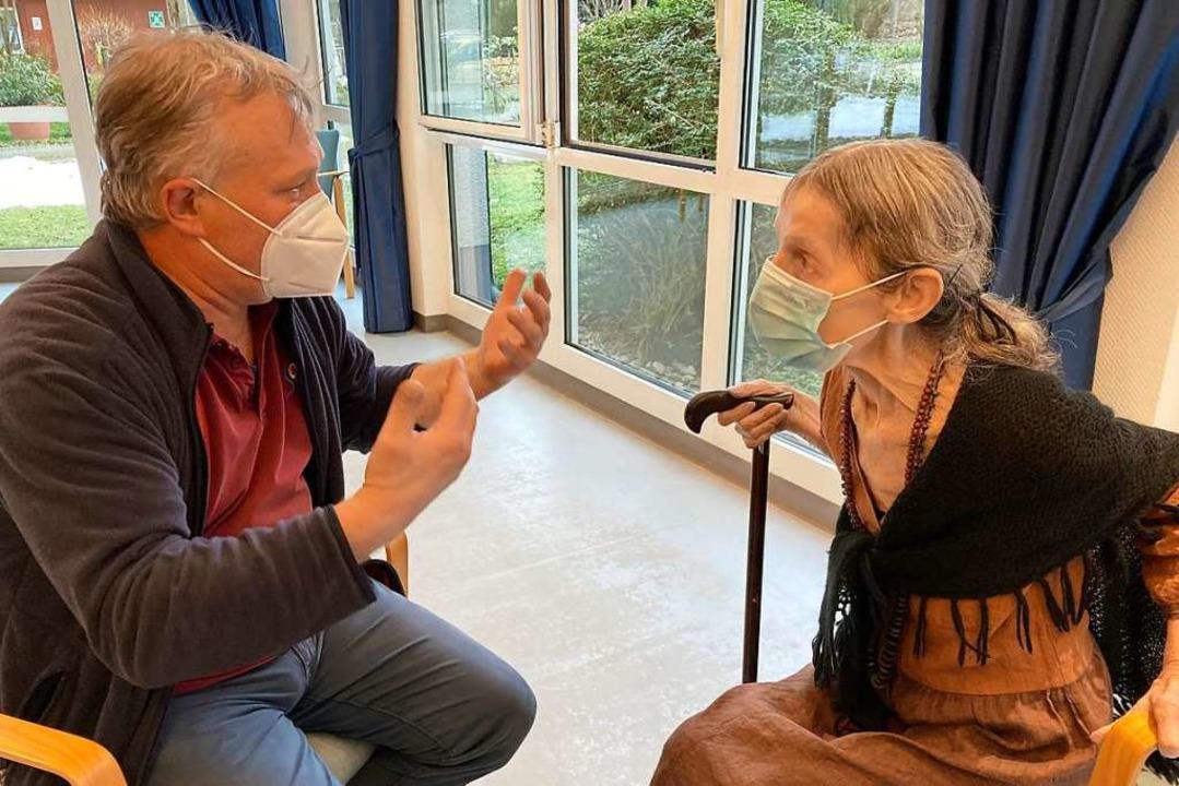 Armin Hartmann beim Aufklärungsgespräch mit Carla Schuhmacher  | Foto: Michael Saurer