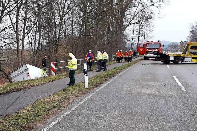 Lastwagen fährt bei Efringen-Kirchen eine Böschung hinab