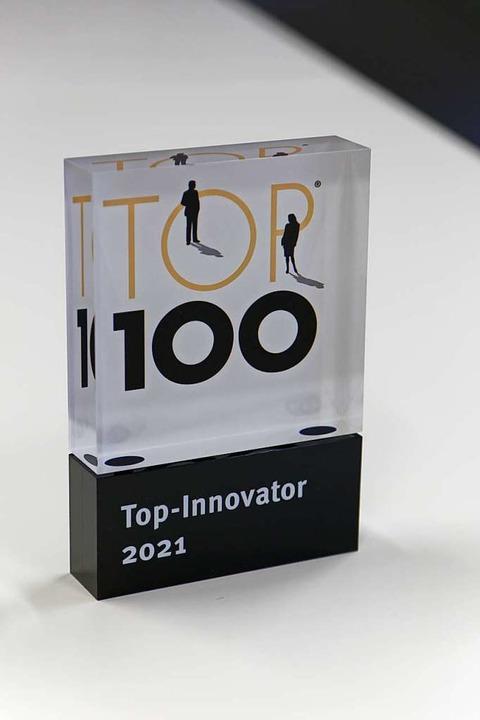 Eine begehrte Trophäe bei mittelständi...st die Auszeichnung als Top-Innovator.  | Foto: Martin Wendel