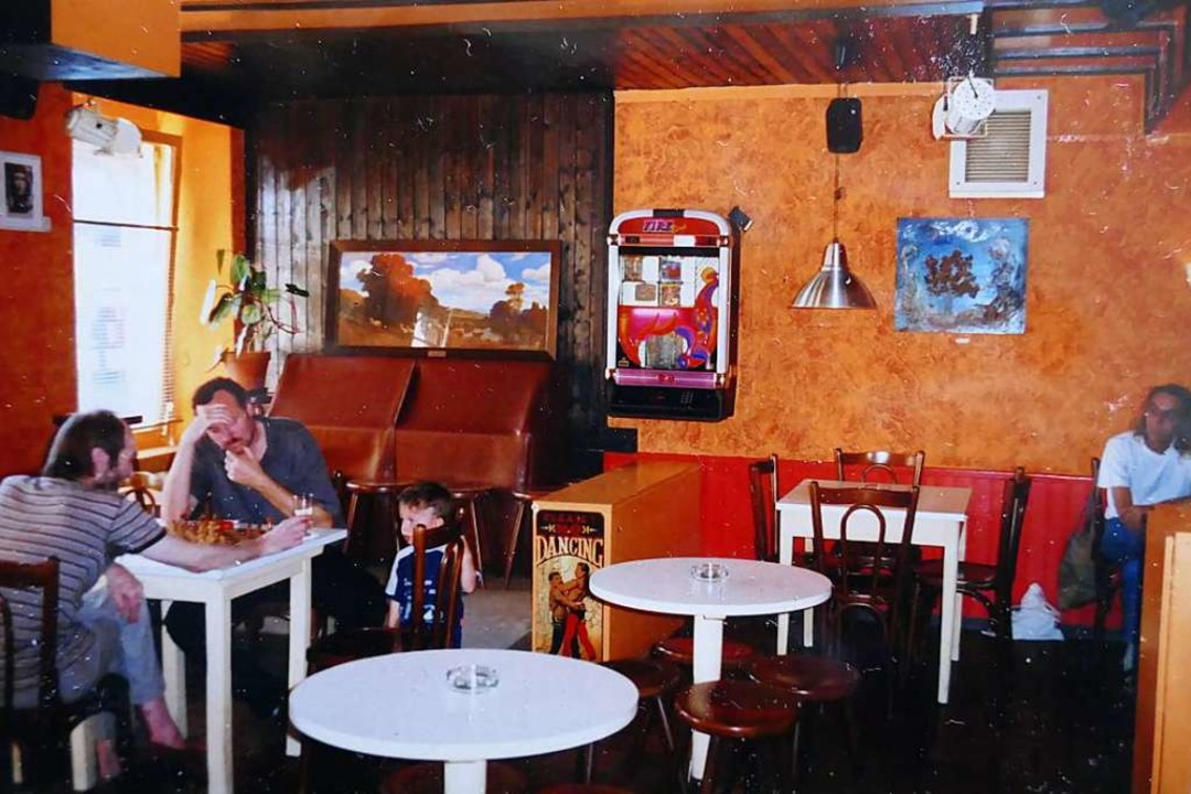 Schach wurde früher viel in der Bar gespielt, hier im Jahr 2000.    Foto: Petra Hofmann