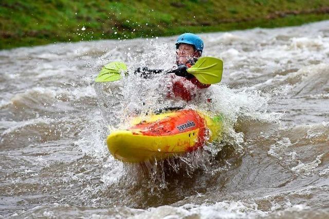 Surfer und Kanuten dürfen in die Hochwasser-Dreisam – auf eigene Gefahr