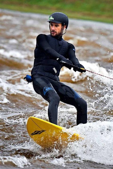 Auch Surfer freuen sich über die Wellen.  | Foto: Thomas Kunz