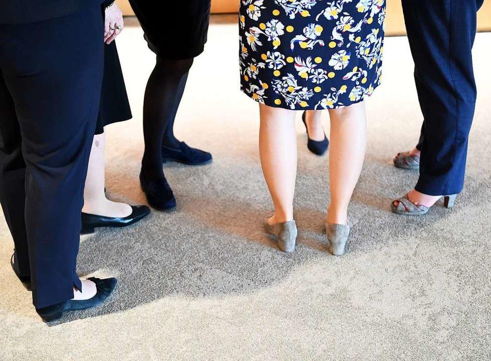 Weibliche Abgeordnete des Landtags unt...r Gruppe am Rande einer Plenarsitzung.  | Foto: Bernd Weissbrod (dpa)