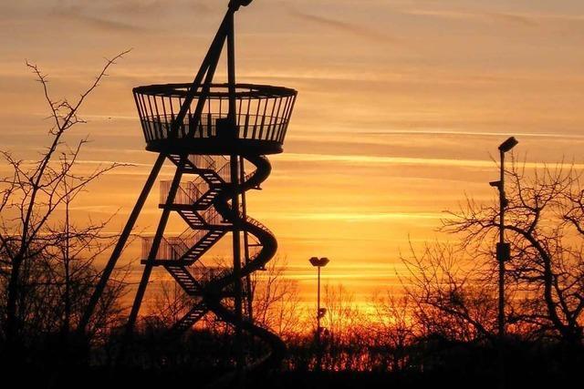 Frühlingshafter Sonnenuntergang über Vitra-Uhr