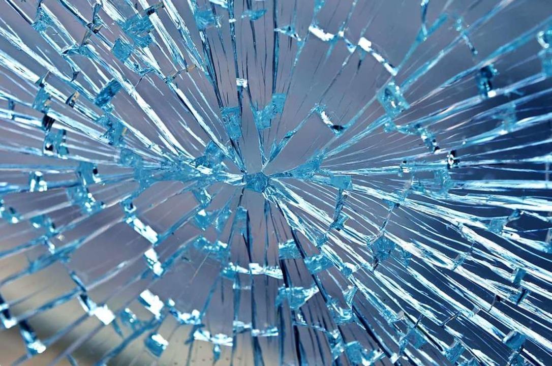 Beschädigt wurde von Unbekannten eine Fensterscheibe in der Schulsporthalle.  | Foto: Mario Hoesel (Adobe Stock)