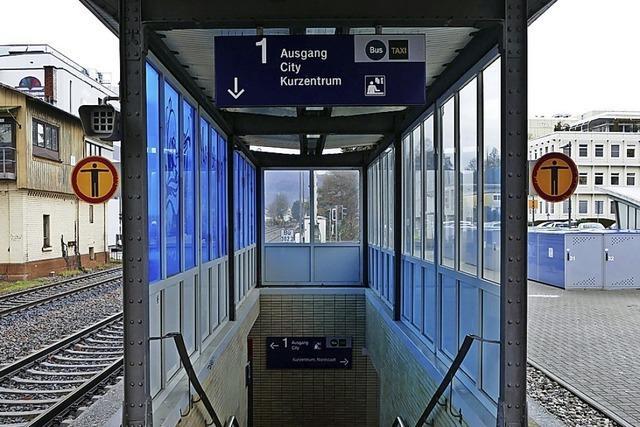 Am Bad Säckinger Bahnhof hängt ein unnützes Verbotsschild