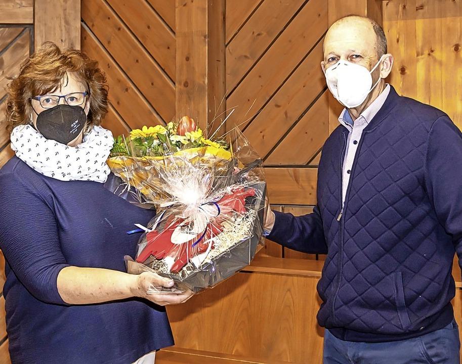 Regina Seidler wird von Bürgermeister Christian Behringer verabschiedet.    Foto: Christiane Seifried