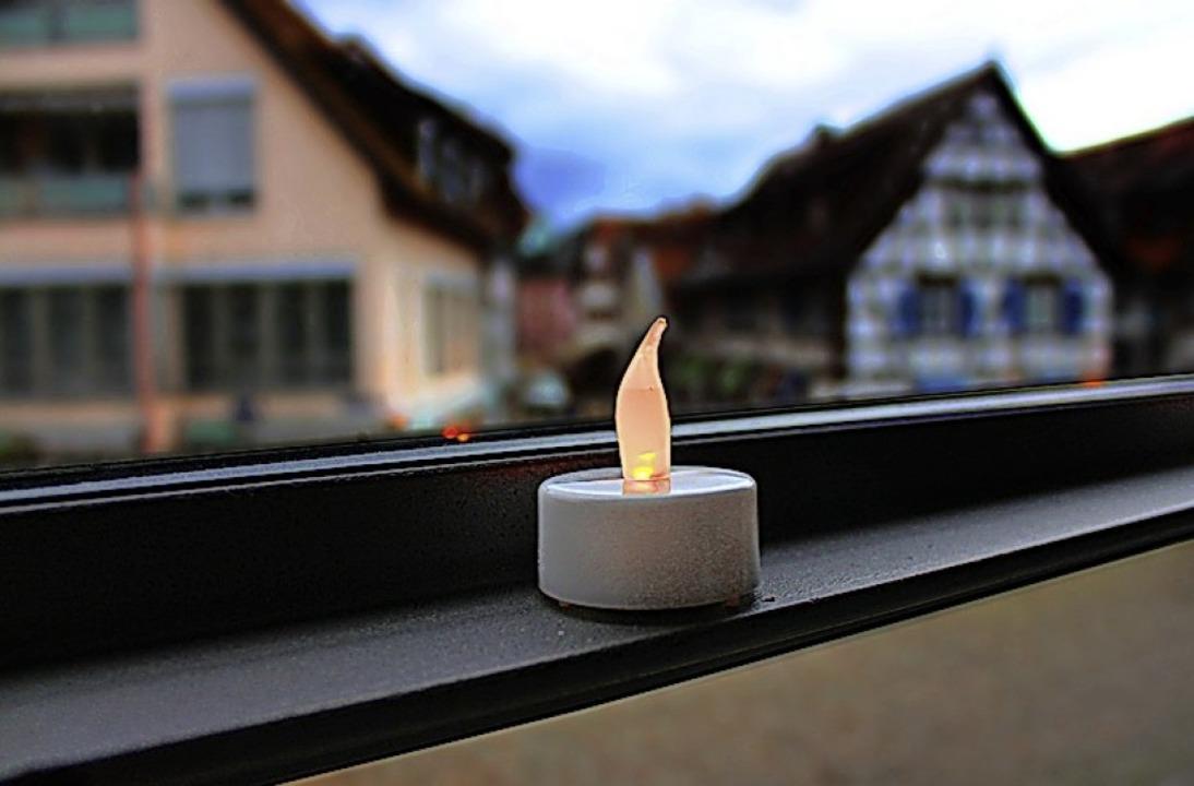 Ein Licht für Corona-Opfer im Büro des Oberbürgermeisters.  | Foto: Stadt Emmendingen