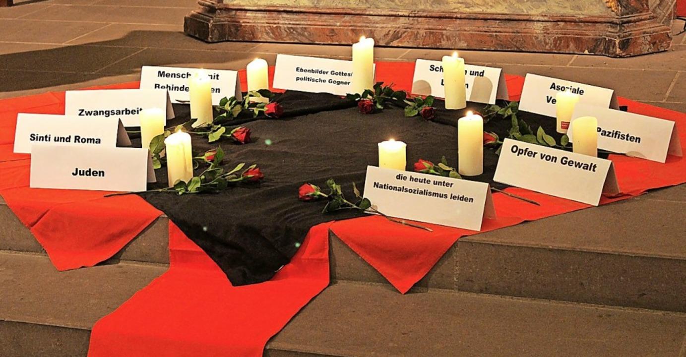 Kerzen und rote Rosen im Gedenken an die Opfer des Naziregimes  | Foto: Erich Krieger