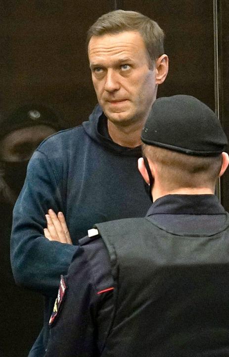 Alexej Nawalny hinter einer Glasscheibe  im Gerichtssaal  | Foto: HANDOUT (AFP)