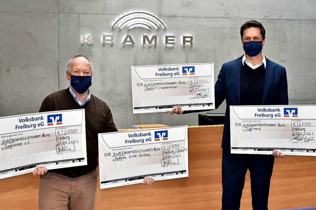 Die  Kramer-Geschäftsführer Matthias W...h  übergaben die symbolischen Schecks.    Foto: Thomas Kunz