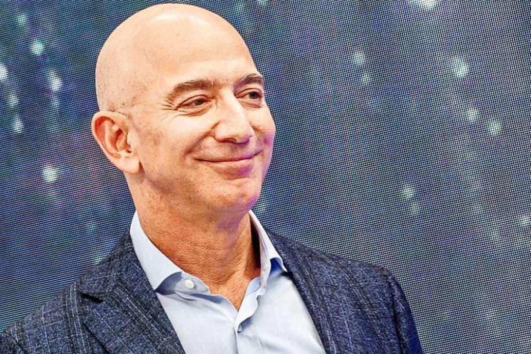 Jeff Bezos gründete vor 27 Jahren eine...ertvollsten Konzerne der Welt: Amazon.    Foto: Andrej Sokolow (dpa)