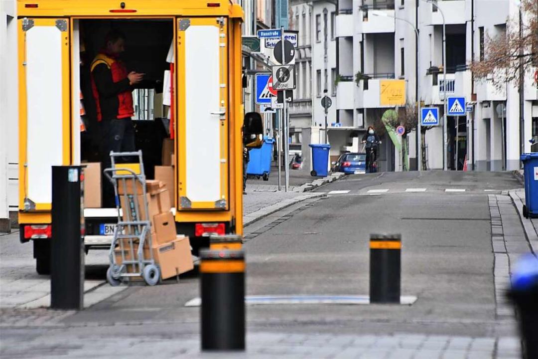 In der leeren Innenstadt fallen die zahlreichen Lieferwagen besonders auf.  | Foto: Barbara Ruda