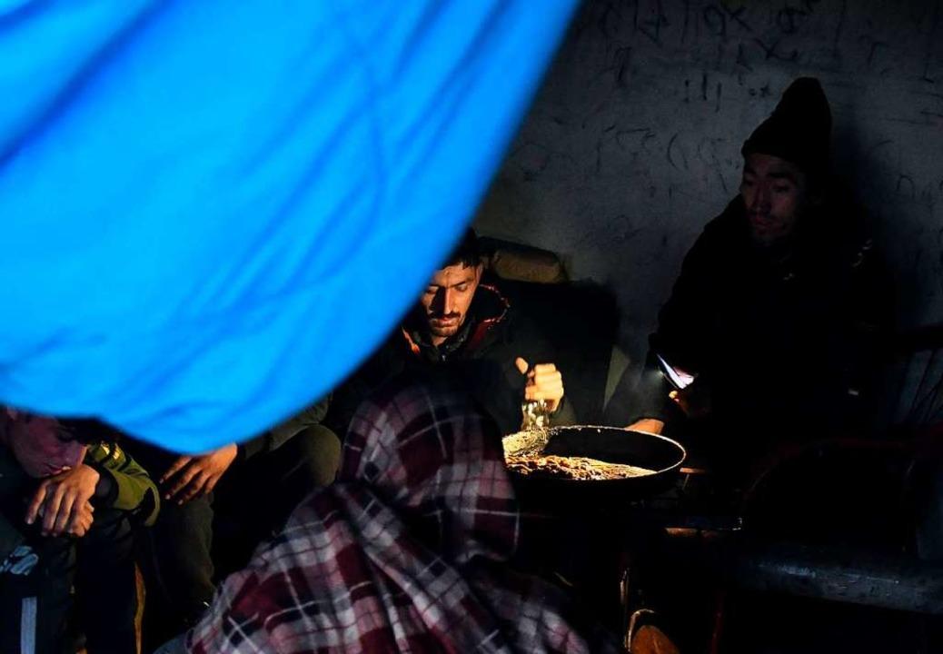 Ein verlassenes Fabrikgebäude dient al...ne rasche Evakuierung der Flüchtlinge.    Foto: ELVIS BARUKCIC (AFP)