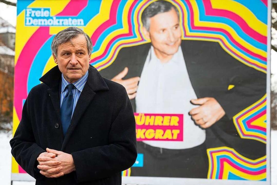 Schön bunt und locker: FDP-Spitzenkand...hüllung der Wahlplakate seiner Partei.  | Foto: Sebastian Gollnow (dpa)