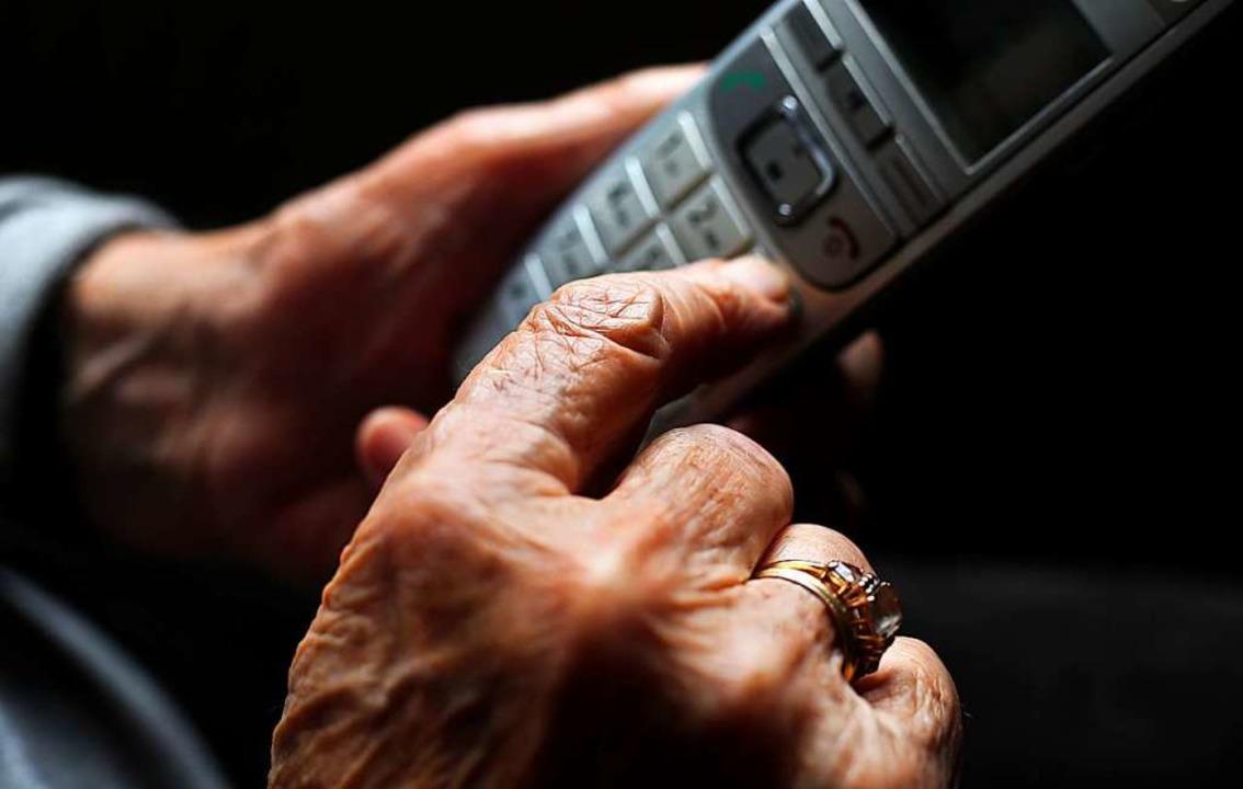 """Vor allem ältere Menschen werden immer...eltrick""""-Betrügern (Symbolbild).    Foto: Karl-Josef Hildenbrand (dpa)"""