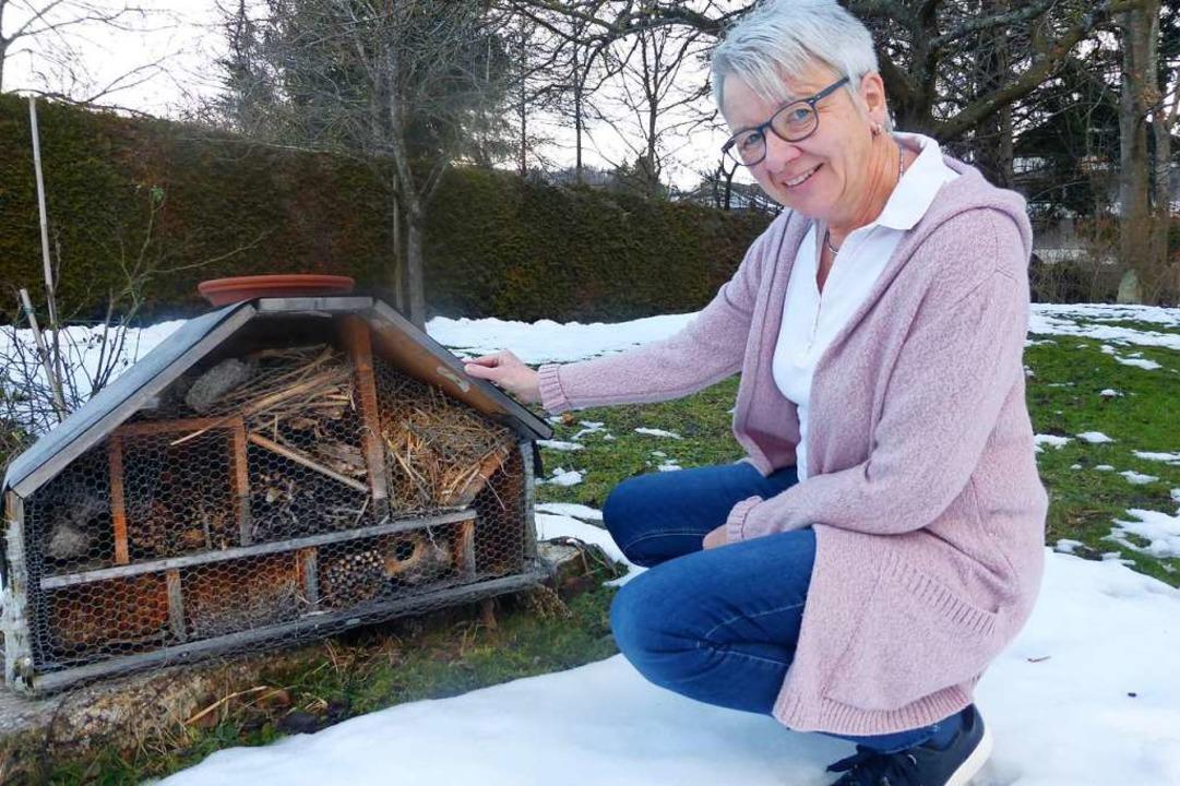 Langweilig wird es Erika Grammelspache...zeigt das selbst gebaute Insektenhaus.    Foto: Andrea Gallien