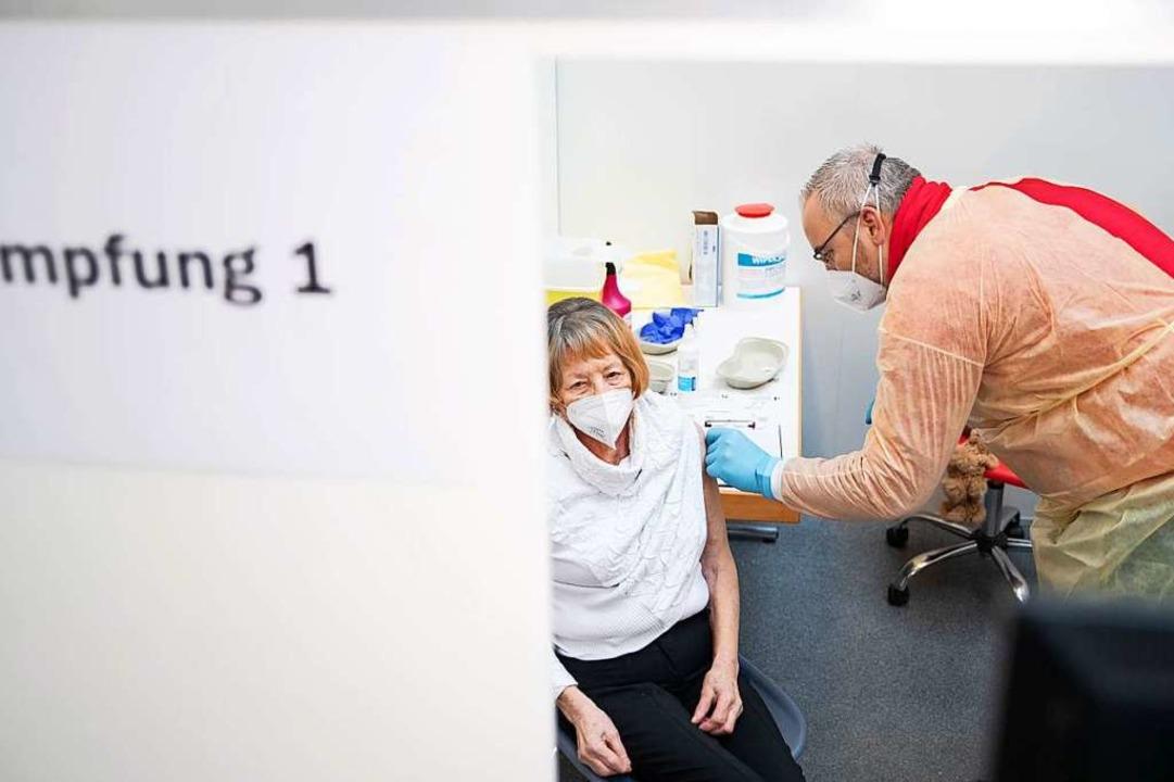 Eine Impfung gegen Sars-CoV-2 in Niedersachsen.  | Foto: Friso Gentsch (dpa)