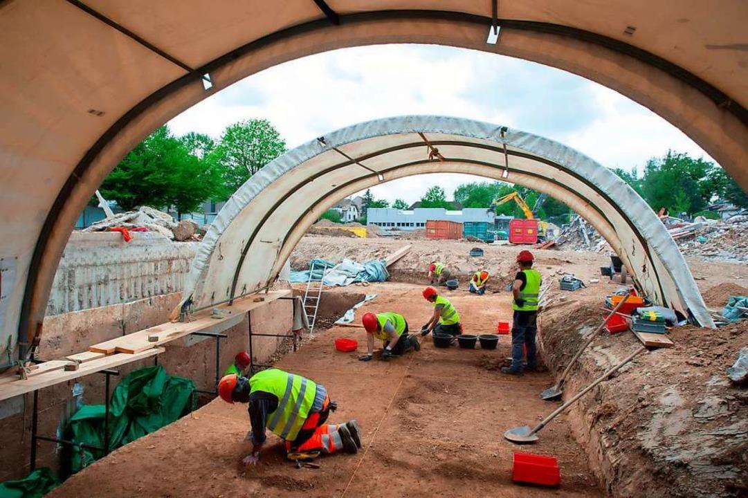 Bis zu 18 Mitarbeitende  der Archäolog...ingerstraße/Haselrain in Riehen tätig.    Foto: Adrian Jost