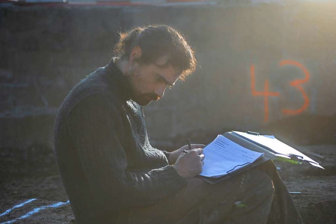 Grabungsleiter Simon Graber beim  Beschreiben eines Befundes    Foto: Adrian Jost