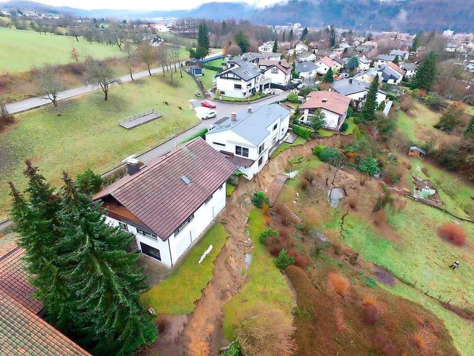 Plötzlich am Abgrund: Der Hang im Wohn...kanten und die Fundamente abgerutscht.    Foto: Feuerwehr Schopfheim