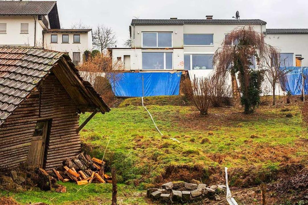 Mit Planen abgedeckt ist die Abbruchkante nach einem Hangrutsch    Foto: Philipp von Ditfurth (dpa)