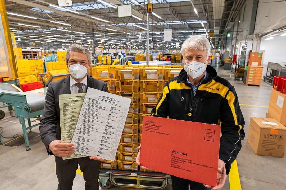 Bürgermeister Stefan Breiter (links) u... im Briefzentrum der Post in Hochdorf.    Foto: Patrick Seeger (Stadt Freiburg)