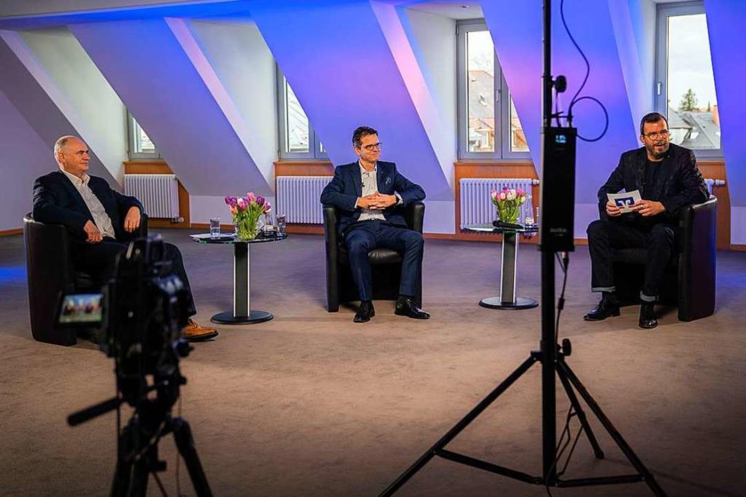 Im Fernsehstudio: (von links) die Vors...Rottenecker und Moderator Markus Knoll    Foto: Volksbank