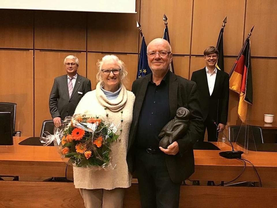 Irene und Tonio Paßlick flankiert von ...ulturamtsleiter Peter Spörrer (rechts)  | Foto: Pressestelle Stadt Weil am Rhein