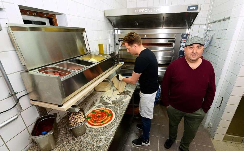 In der Küche: Sohn Giovanni  und Vater Salvatore Vintrici  | Foto: Ingo Schneider