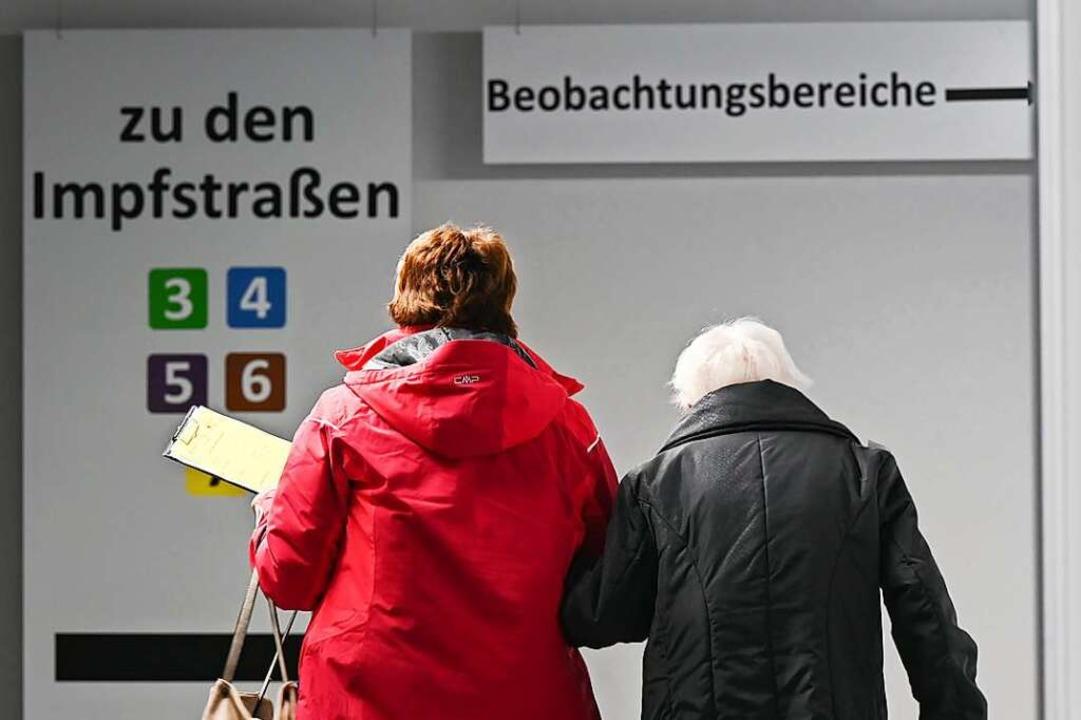 Zu einem Impftermin zu kommen ist eine...derung, vor allem für ältere Menschen.  | Foto: Arne Dedert (dpa)
