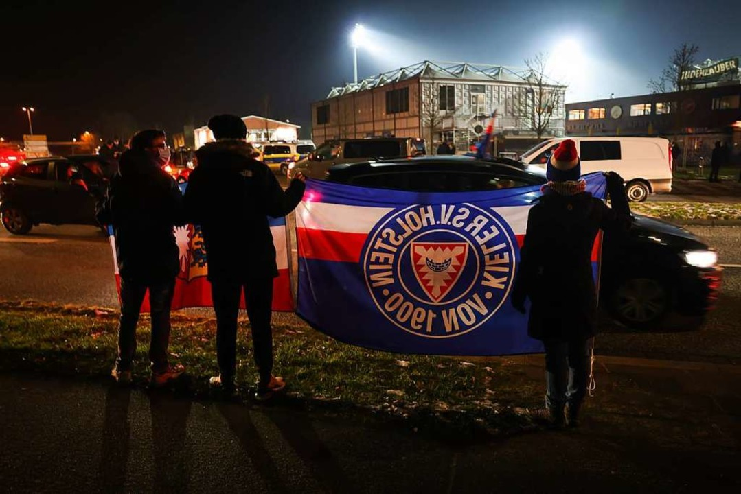 Fußball-Fans (hier drei von Holstein K...on entspannt? Zweifel sind angebracht.  | Foto: Christian Charisius (dpa)