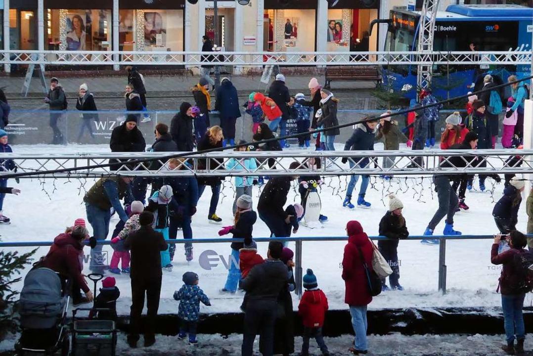 Im Rahmen des Emmendinger Weihnachtsmarktes ist die Eisbahn ein Publikumsmagnet.  | Foto: Sylvia-Karina Jahn