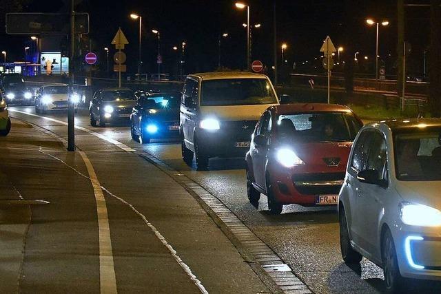Corona-Skeptiker fahren mit rund 100 Fahrzeugen durch Freiburg