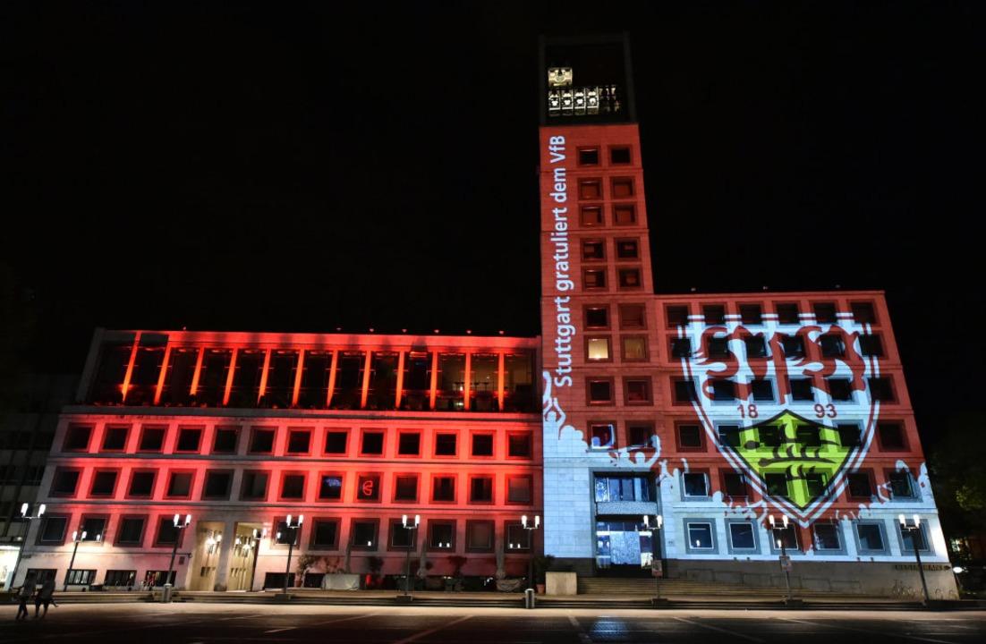 Das Stuttgarter Rathaus ist am 21.05.2...ben und dem Wappen des VfB beleuchtet.  | Foto: Jan-Philipp Strobel