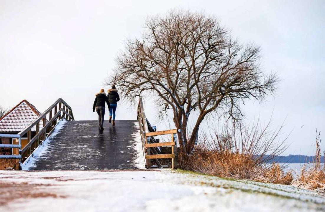 In der Pandemie sprechen Promenadologe... von der Renaissance des Spaziergangs.    Foto: Moritz Frankenberg (dpa)