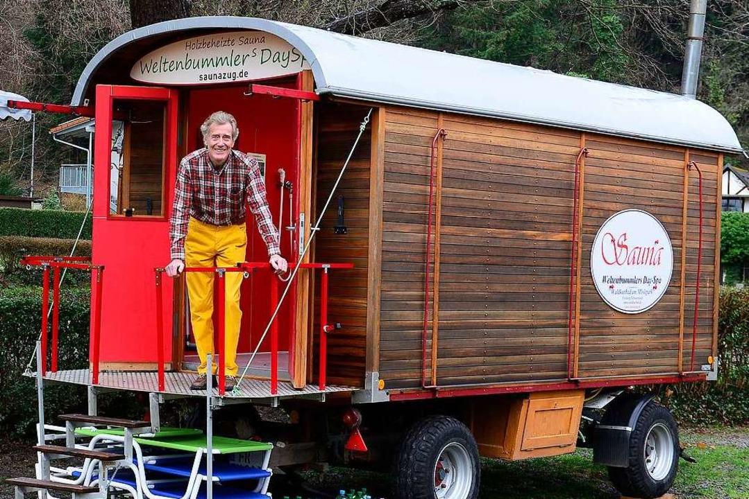 Paul Busse am Sauna-Wagen  | Foto: Ingo Schneider