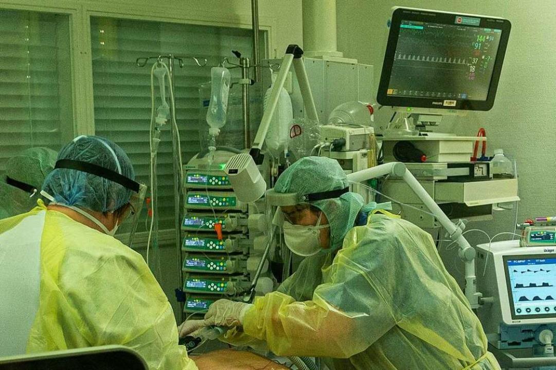 Regelmäßig drehen die Pflegekräfte die... der Intensivstation in die Bauchlage.  | Foto: Jonas Hirt
