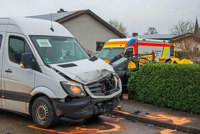 Frau nach Kollision mit Kleintransporter schwer verletzt